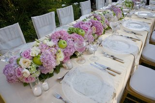 green-apple-pink-hydrangea-wedding-table-runner