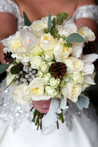 winter-wedding-bouquet-ideas-with-pinecone-accents